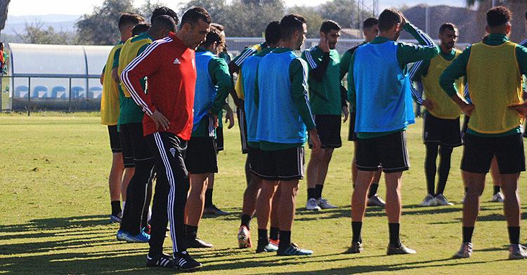 Raúl Agné junto al grupo mientras los jugadores escuchan a su segundo, Arnau Sala
