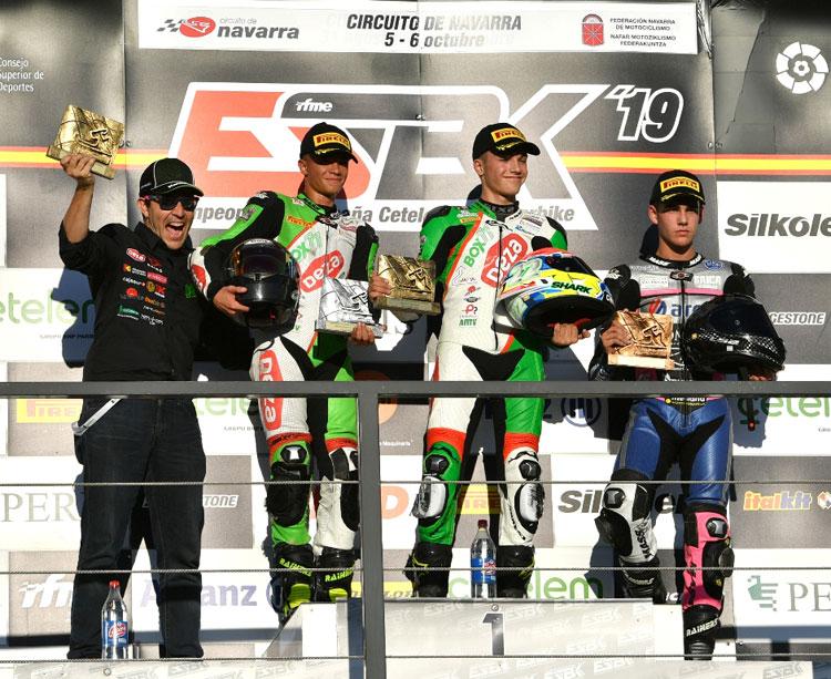 El podio de la carrera sabatina de Superbikes Júnior con Álex en primera posición y Óscar en segunda, junto al jefe del equipo, Luis Castro. Foto: Fernando Sotoca