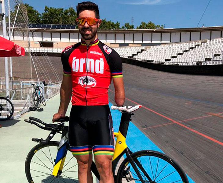 Alfonso Cabello sonriente antes de iniciar un entrenamiento en pista