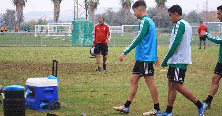 Juanto Ortuño y Sebastián Castro retirándose del entreno con Alfredo Sánchez al fondo