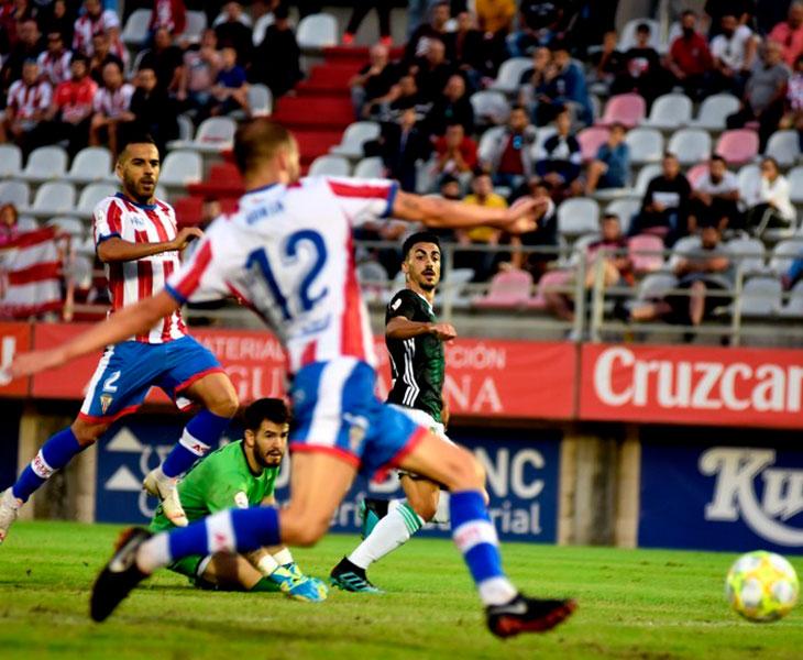 El tiro de Antonio Moyano que llevaba marchamo de gol hasta que lo sacó bajo palos BorjaEl tiro de Antonio Moyano que llevaba marchamo de gol hasta que lo sacó bajo palos Borja