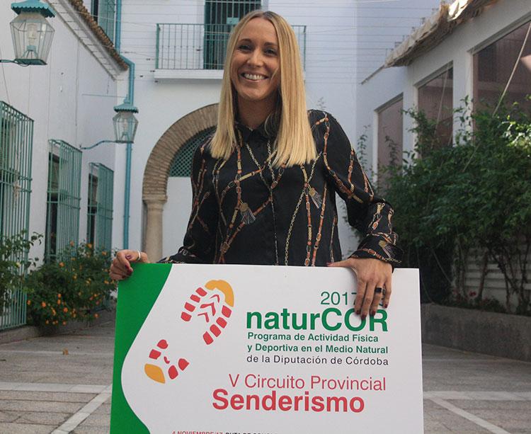 Ana Blasco sosteniendo el cartel del circuito NaturCor en uno de los patios de la DiputaciónAna Blasco sosteniendo el cartel del circuito NaturCor en uno de los patios de la Diputación