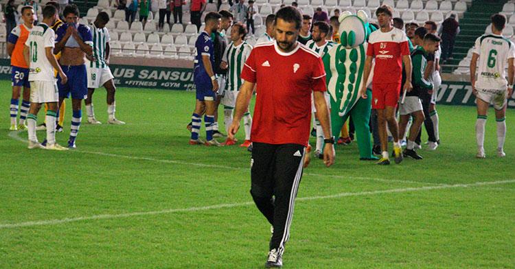 Arnau Sala al término del partido tras felicitar a sus hombres por el triunfo ante el San Fernando