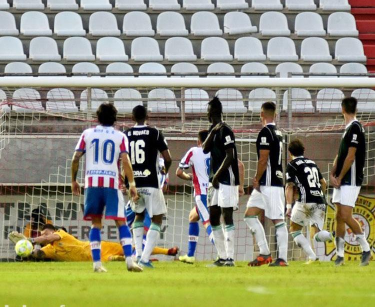 Isaac Becerra intentando sacar una de las muchas ocasiones del Algeciras. Foto: Córdoba CF