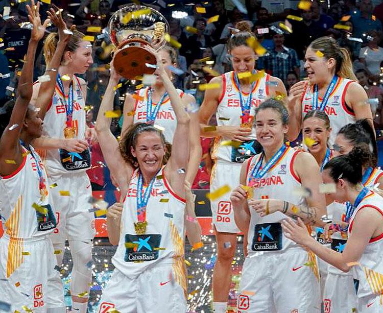 Las integrantes de la selección española de baloncesto femenino celebrando su título de campeonas de Europa