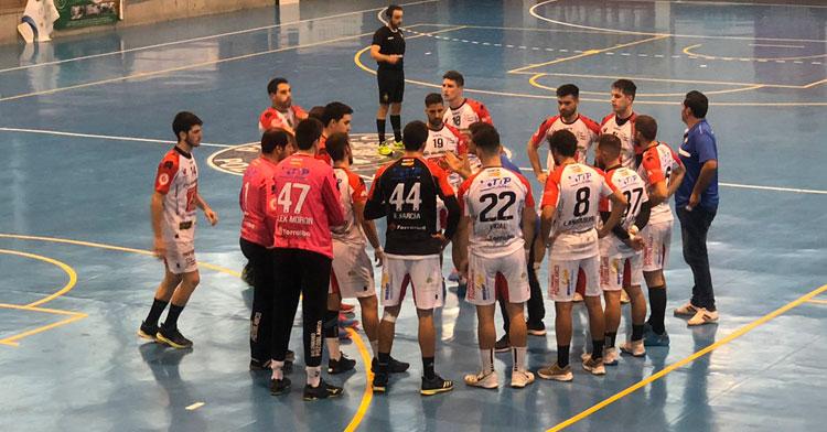 Los jugadores del Espectáculos Doble A BM Pozoblanco escuchando a su técnico Javier Martínez. Foto: CBM Pozoblanco