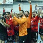 Los jugadores del Cajasur celebran su partidazo aplaudiendo a la afición. Foto: Cajasur CBM