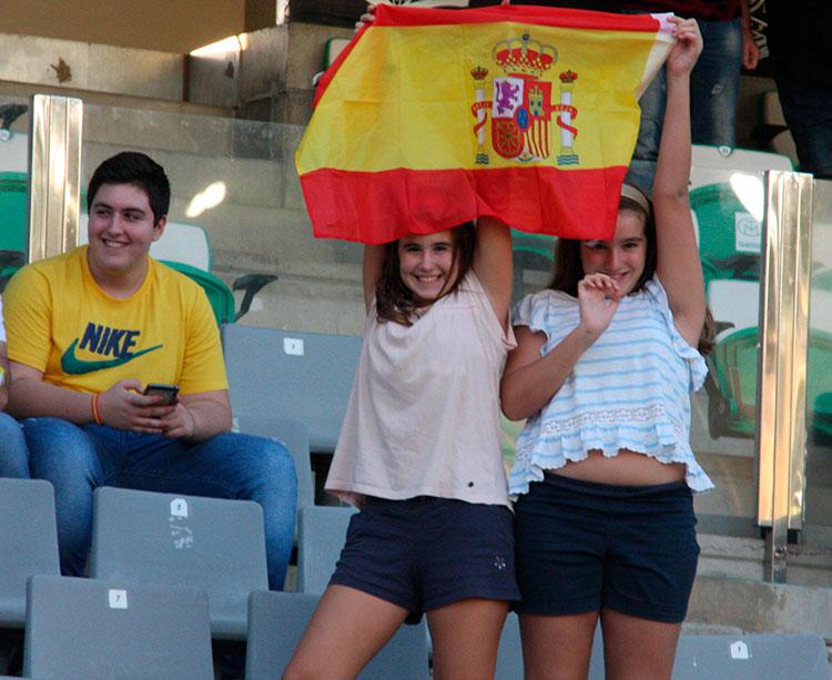 Dos jóvenes aficionadas mostrando la bandera de la selección Dos jóvenes aficionadas mostrando la bandera de la selección
