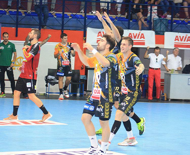 José Antonio Consuegra y Victor Alonso celebran el triunfo con la bocina final