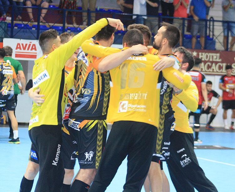 La piña que formaron los jugadores del Ángel Ximénez-Avia para celebrar su primer triunfo de la temporada