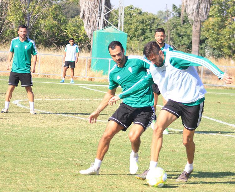 José Antonio González protege el balón ante la presión de Miguel de la Cuevas