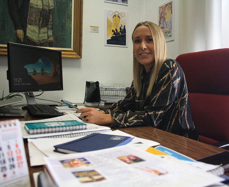 Ana Blasco posando en su despacho de la Diputación
