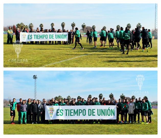 Los empleados y la plantilla del Córdoba CF, con el presidente, Alejandro González, intercalado junto a ellos sosteniendo aquella pancarta