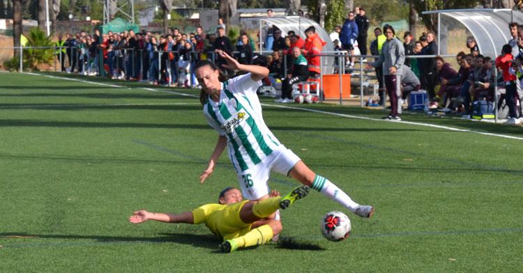 Una jugadora del Córdoba sufre una entrada de una rival. Autor: Javier Olivar