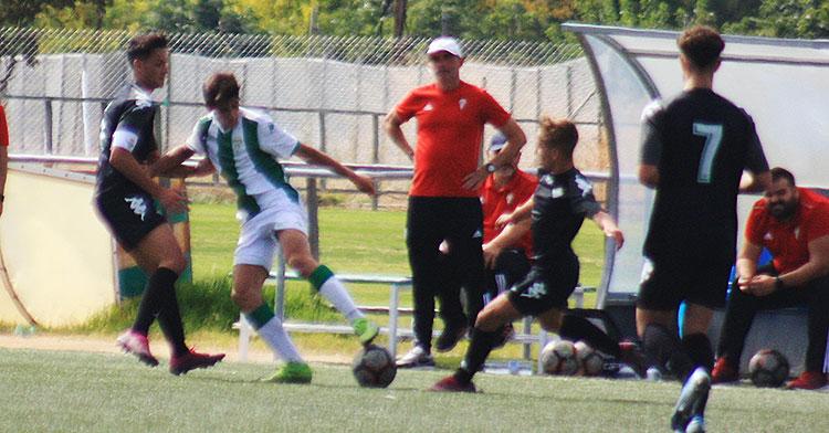 El técnico del Liga Nacional, Garrido, observando a sus pupilos en el partido ante el Betis de la pasada jornada