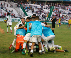 La piña de los jugadores del Córdoba CF tras el gol de Miguel de las Cuevas
