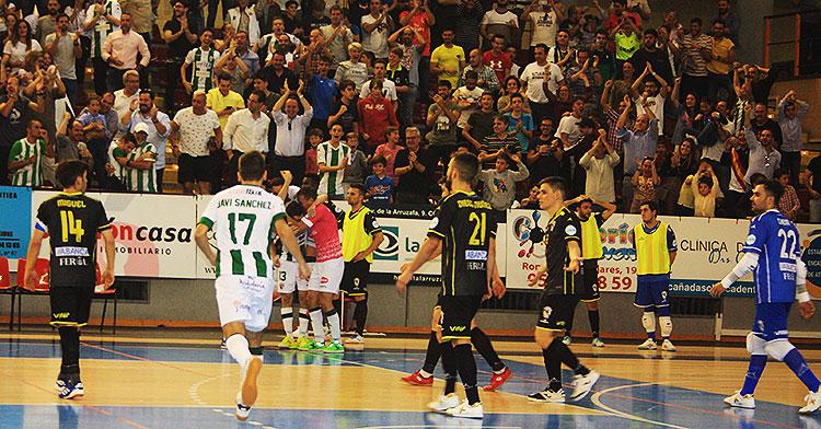 La celebración del tercer gol, el de la remontada, del Córdoba Patrimonio de la Humanidad ante el abatimiento de los gallegos
