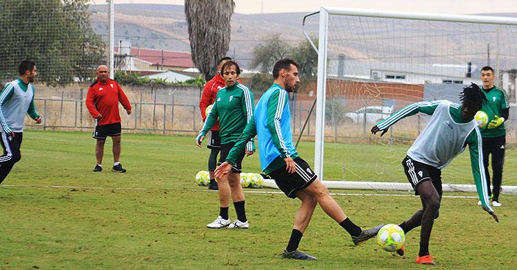 Imanol García pugna por el balón ante Djetei con Raúl Cámara al fondo