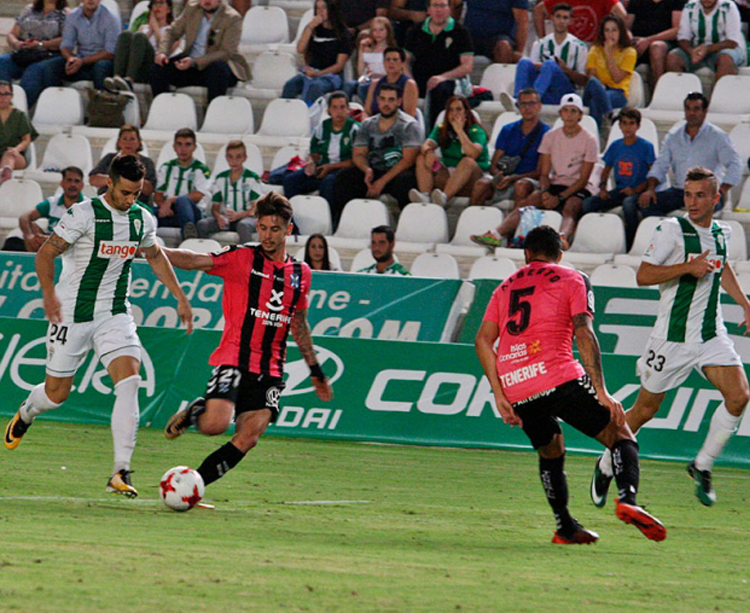 Jaime Romero avanza con el balón controlado ante un tinerfeñista con Markovic a la derecha. Autor: Paco Jiménez.