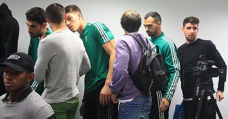 Javi Flores, Miguel de las Cuevas e Isaac Becerra, entre otros, al fondo de la sala de prensa tras asistir a la despedida de Enrique Martín
