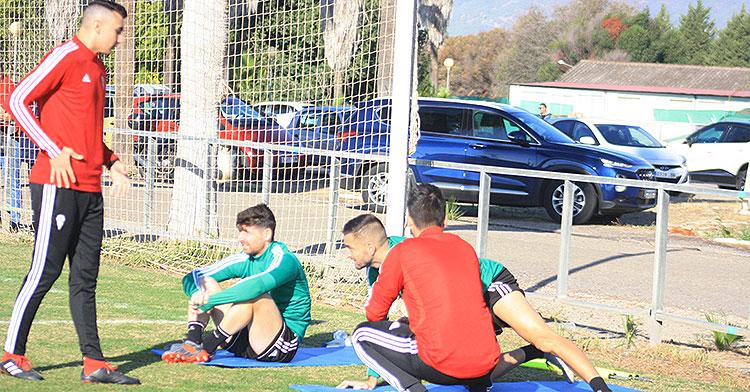 Javi Flores y José Antonio González siguiendo el primer entrenamiento de Raúl Agné acompañados por los fisioterapeutas