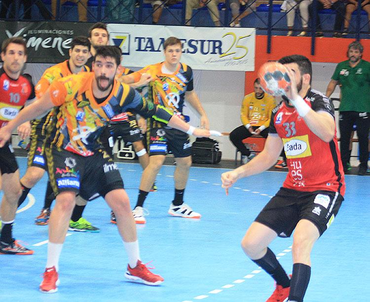 Javi García basculando en defensa en el partido ante el Bada Huesca