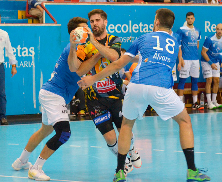 Juan Castro intenta penetrar entre dos jugadores del Recoletas Atlétio Valladolid