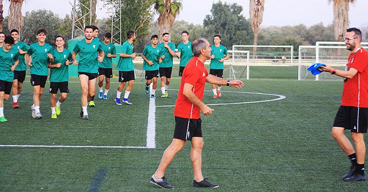 El juvenil de División de Honor de Iñaqui López Murga haciendo carrera continua al inicio de una sesión de entrenamientos