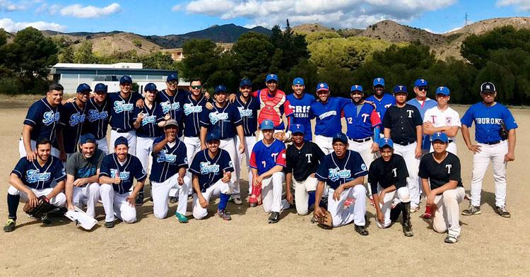 Los jugadores del Kyrios posan junto a los Tiburones de Málaga tras un amistoso el pasado fin de semana