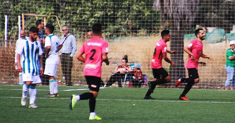 El Ciudad de Lucena celebrando uno de sus goles en la visita al filial cordobesista.