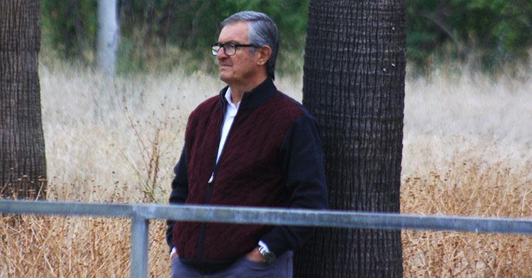 Manolo Garrido presenciando el entrenamiento sin Enrique Martín tras su rescisión de contrato