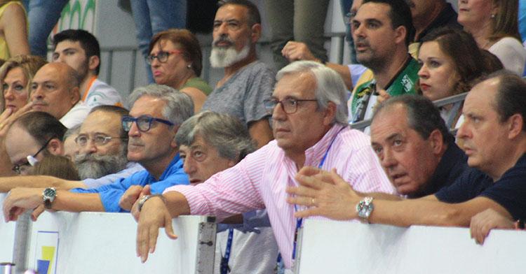 Mariano Jiménez siguiendo el juego de su equipo junto al técnico del Córdoba CF, Enrique Martín