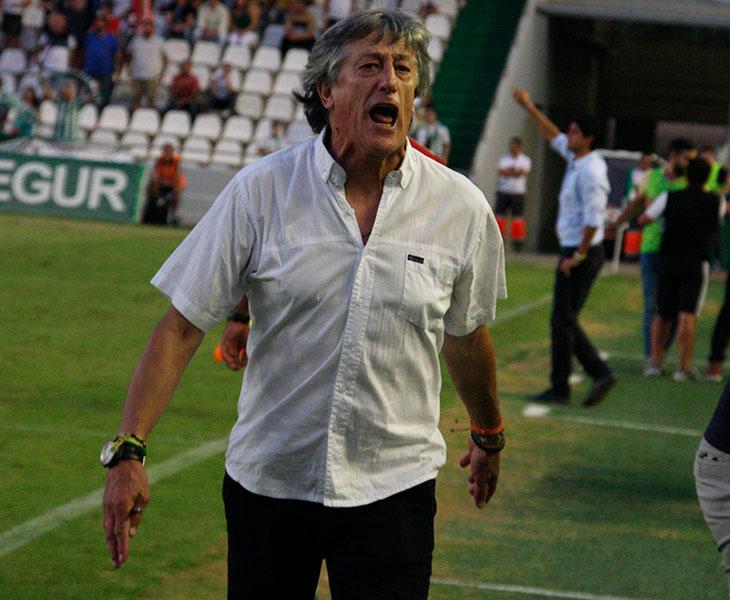 Enloquecido. Enrique Martín cantando el gol de la victoria de su equipo ante el Cádiz B