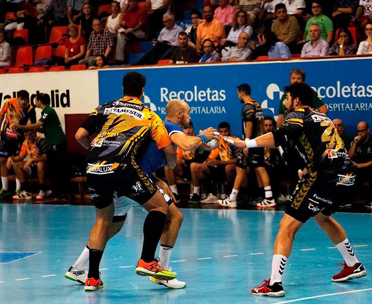 Paco Bustos siguiendo, al fondo, el juego de su equipo en Valladolid