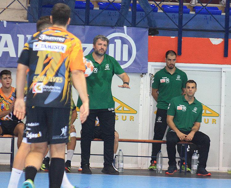 Paco Bustos pidiendo tranquilidad a sus hombres en el partido ante el Bada Huesca