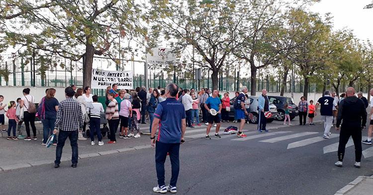 Varios vecinos de la barriada de Parque Azahara se manifestaron jugando al pádel delante de las cerradas instalaciones