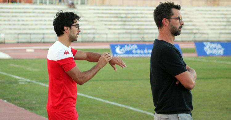 Pol Lorente, a la izquierda, mira el reloj con Tito García Sanjuán a su lado. Foto: Deporte de la Isla