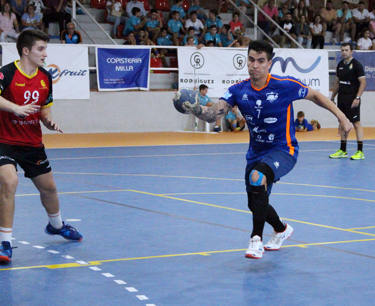 Diego Reyes intentando un ataque en el partido frente al Cajasur. Foto: Lorena Cuevas / ARS