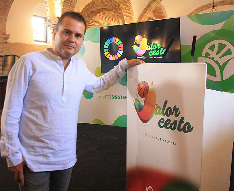 Rafa Sanz posando junto al logo del tercer programa de Valorcesto que impulsa un básket SOStenible