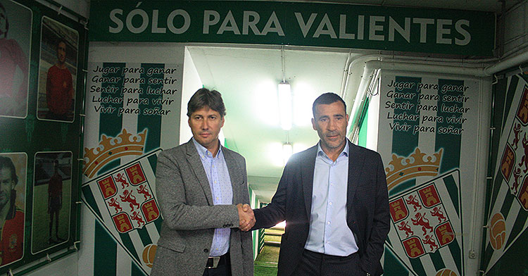 Raúl Agné le da la mano a Alfonso Serrano a su llegada al Córdoba