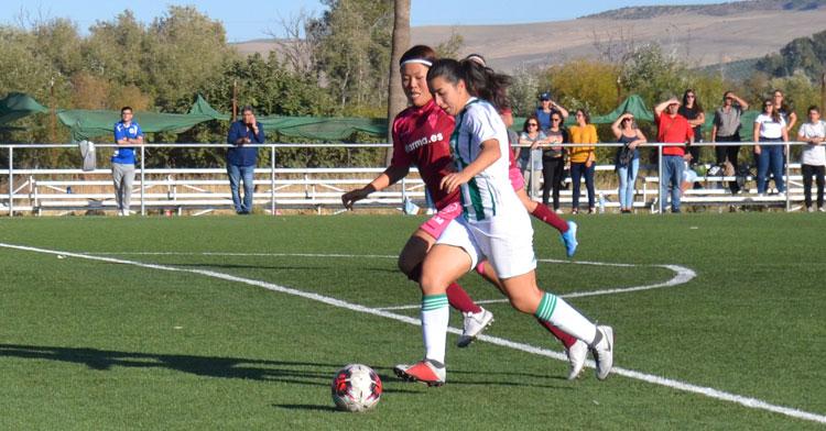 Sofía Melchor percutiendo ante la defensa albaceteña. Autor: Javier Olivar