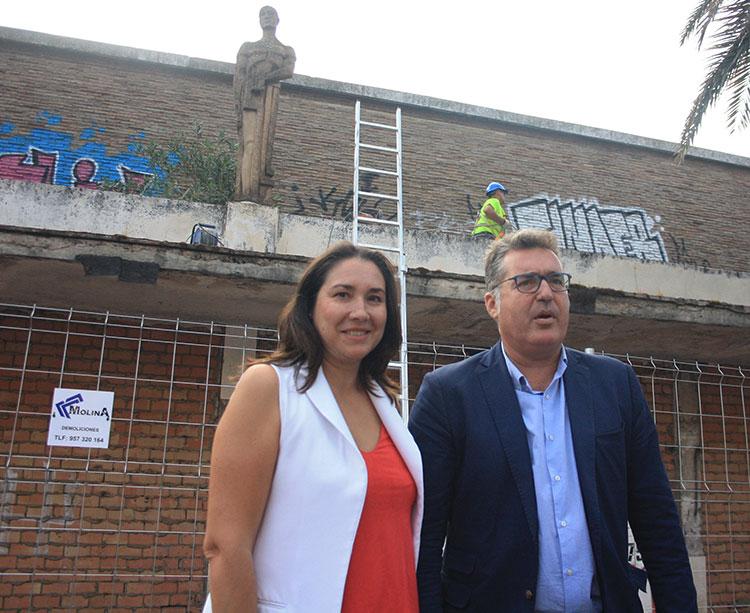 El presidente del IMDECO, Manuel Torrejimeno, y su gerente María Luis Gómez presentes durante el momento más esperado