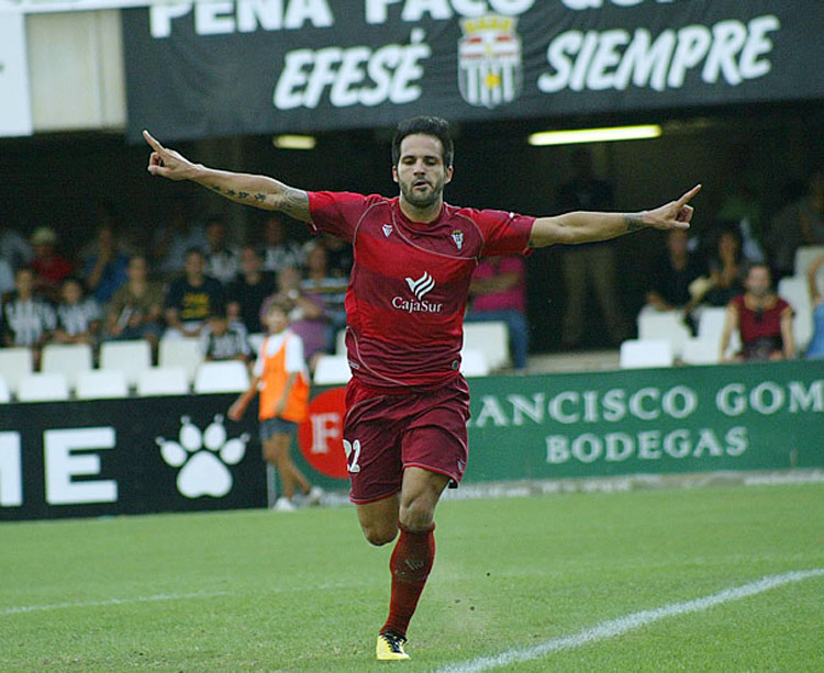 Usero celebra uno de sus dos goles con los que el Córdoba ganó por última vez en Cartagena, en septiembre de 2010. Foto: AS