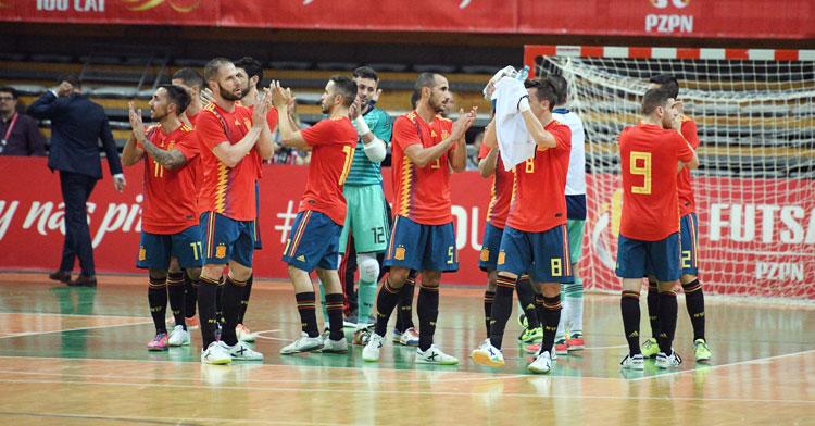 Los jugadores de la selección española aplaudiendo a la grada tras su nuevo triunfo