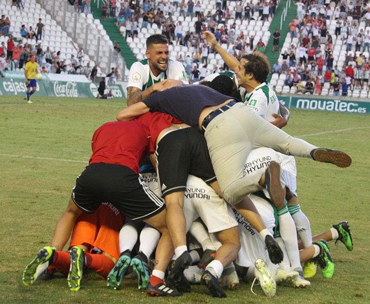 Xavi Molina y Raúl Cámara llegan a la piña blanquiverde que se formó a la altura del banquillo para celebrar el gol de la victoria