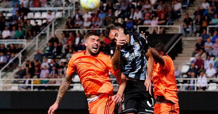 Xavi Molina luchando en balón aéreo con un jugador del CartagenaXavi Molina luchando en balón aéreo con un jugador del Cartagena