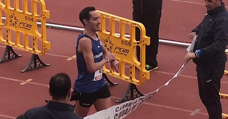 Antonio Montero ganando la Carrera Popular Ciudad de Lucena