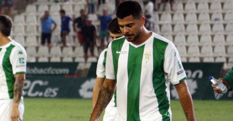 Aythami retirándose cabizbajo en el partido ante el Oviedo. Autor: Paco Jiménez