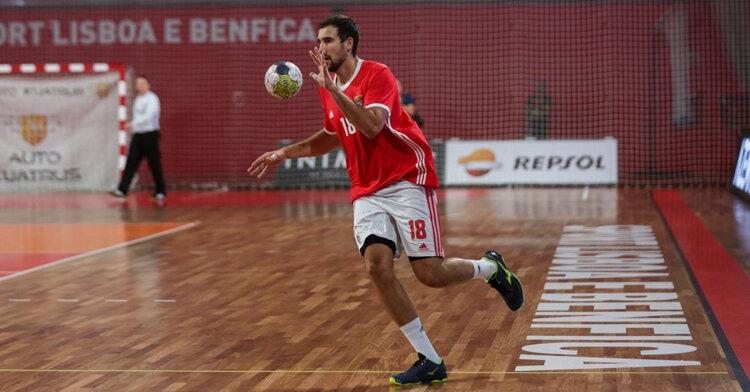 Carlos Molina recibiendo el balón en un partido con el SL Benfica. Foto cedida por: Carlos Molina