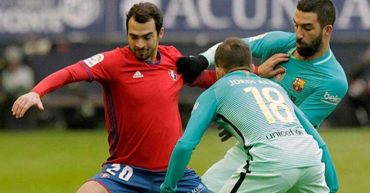 De las Cuevas encarando a Jordi Alba con Anda Turan a la derecha jugando en Primera hace dos temporadas